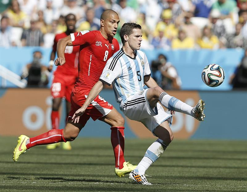 Fernando Gago of Argentina (R) and Gokhan Inler of Switzerland in action during the FIFA World Cup 2014. EFE
