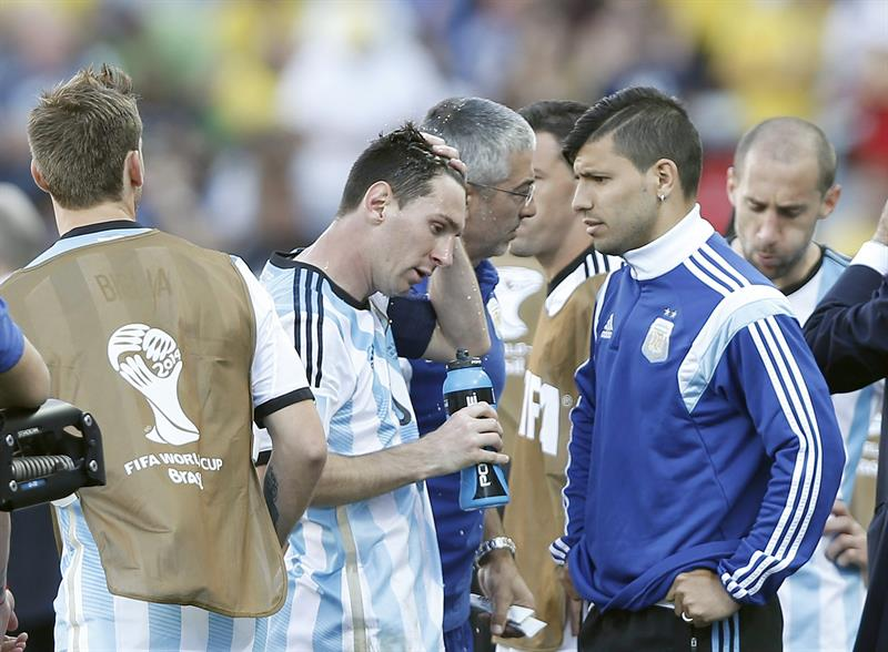 Lionel Messi of Argentina (CL) refrehes before extra time as he talks to teammate Sergio Aguero (CR). EFE