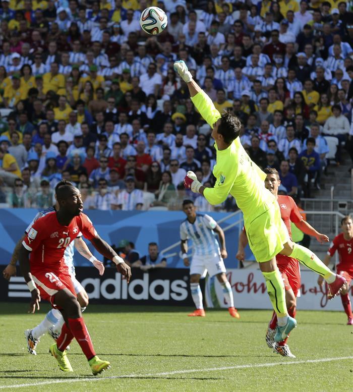 El guardameta suizo Diego Benaglio (d) despeja el balón durante el partido Argentina-Suiza, de octavos de final. EFE