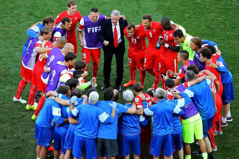 El entrenador de la selección suiza, Ottmar Hitzfeld (c) da instrucciones a sus jugadores antes del inicio de la prórroga. EFE