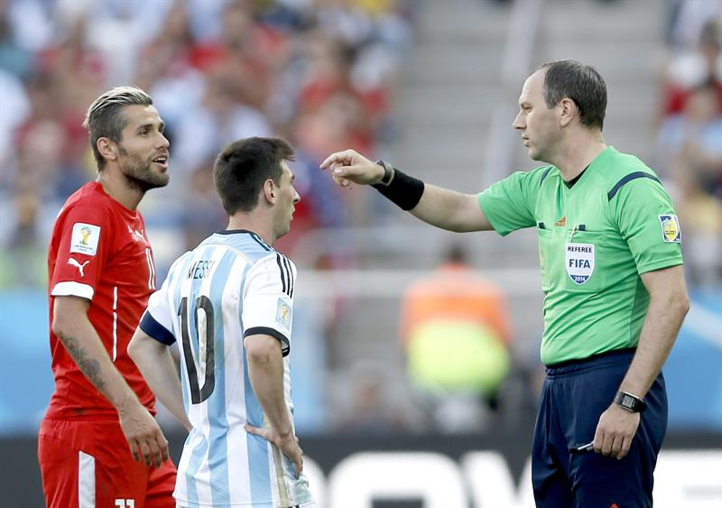 Swedish referee Jonas Eriksson talks to Lionel Messi of Argentina (C) and Valon Behrami of Switzerland (L). EFE
