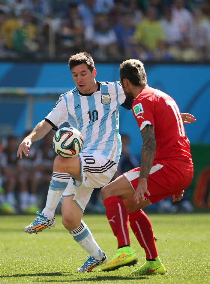 Lionel Messi (L) of Argentina in action with Valon Behrami of Switzerland during the FIFA World Cup 2014. EFE
