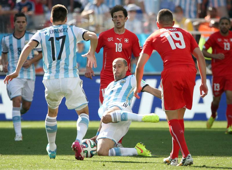 Javier Mascherano (C) of Argentina in action during the FIFA World Cup 2014. EFE