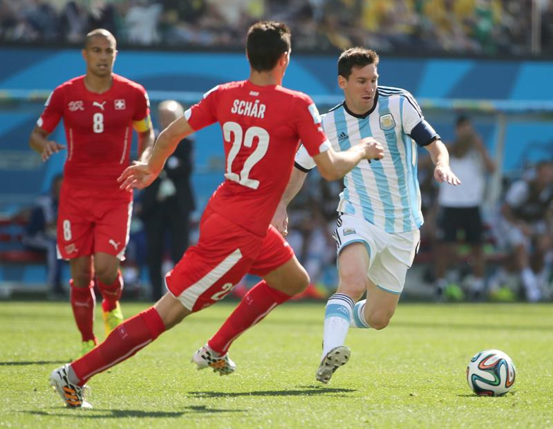 Lionel Messi (R) of Argentina in action with Fabian Schaer of Switzerland during the FIFA World Cup 2014. EFE