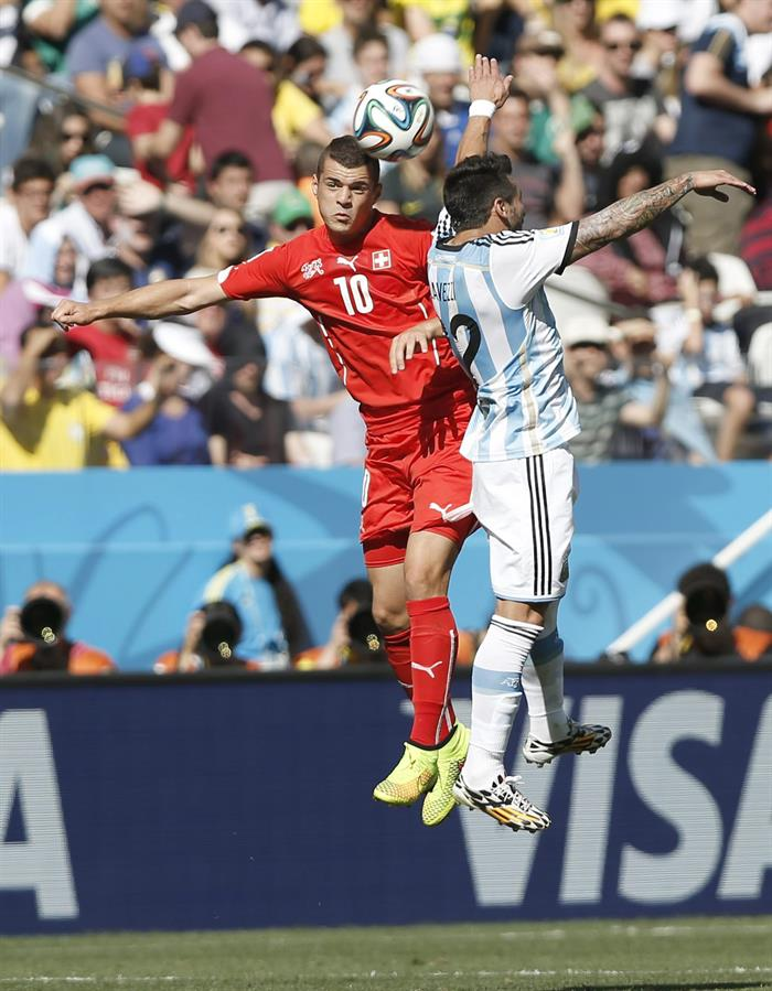 Granit Xhaka of Switzerland (L) and Ezequiel Lavezzi of Argentina in action during the FIFA World Cup 2014. EFE