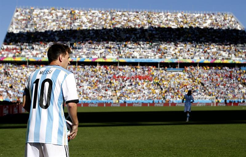 El delantero argentino Lionel Messi en un saque de esquina, durante el partido Argentina-Suiza. EFE