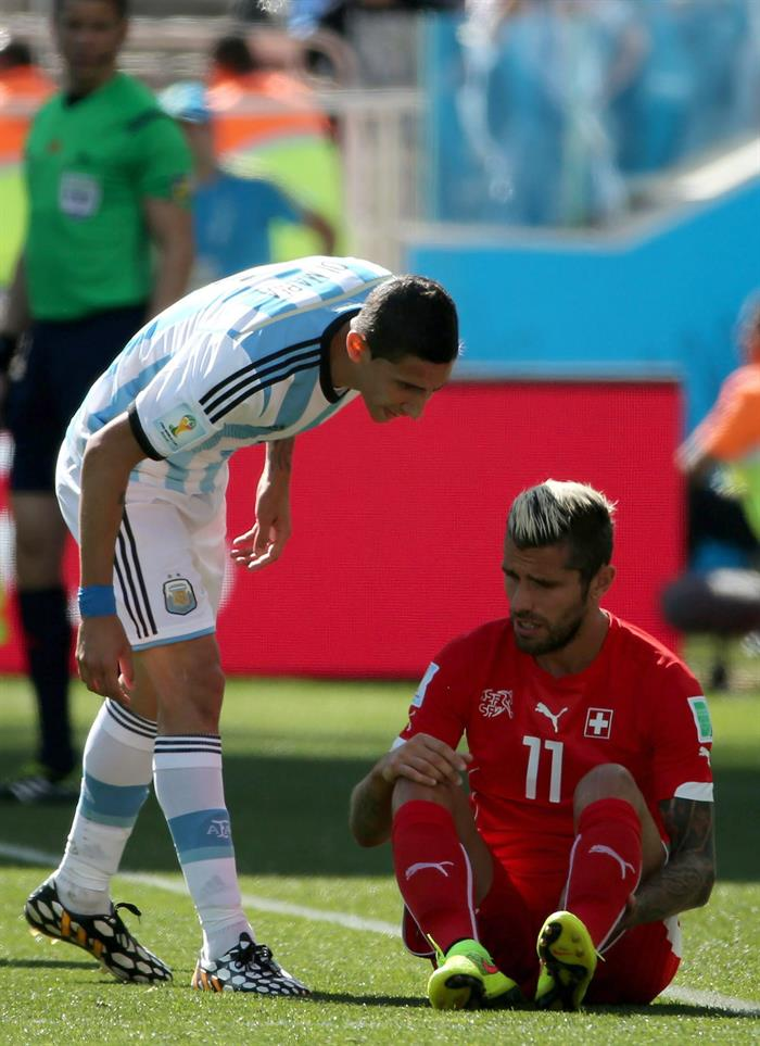 Angel di Maria (L) of Argentina and Valon Behrami of Switzerland during the FIFA World Cup 2014. EFE