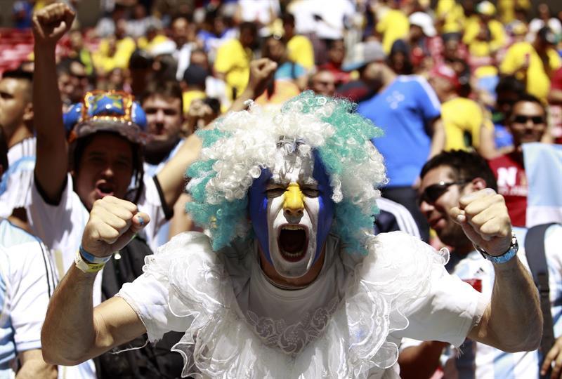 Un aficionado argentino momentos antes del partido Argentina-Bélgica. EFE