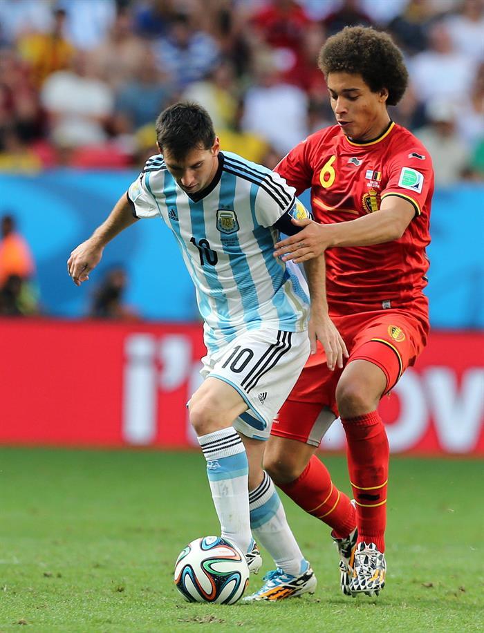 El delantero argentino Lionel Messi (i) y el centrocampista belga Axel Witsel. EFE