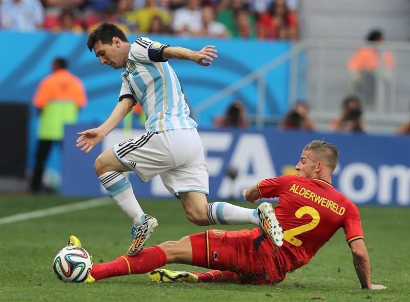 El delantero argentino Lionel Messi (i) intenta superar al defensa belga Toby Alderweireld (d). EFE