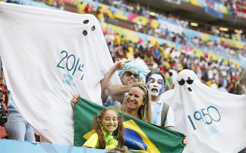Aficionados durante el partido. EFE