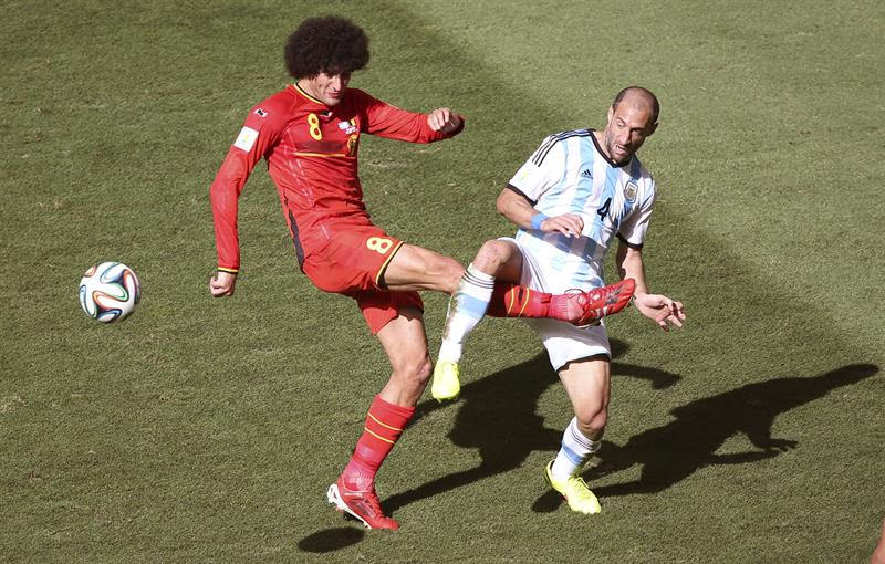 El defensa argentino Pablo Zabaleta (d) lucha un balón con el centrocampista belga Marouane Fellaini (i). EFE