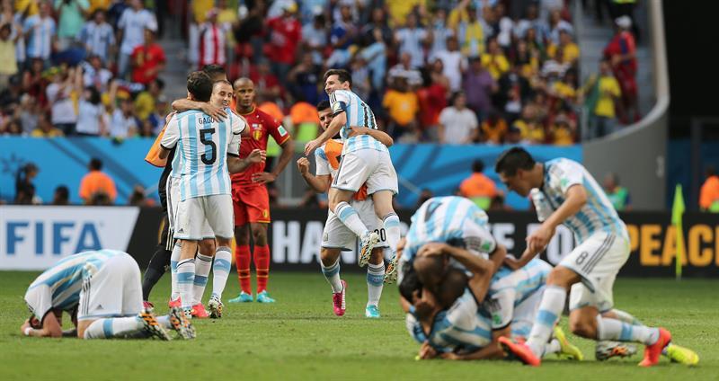 Los jugadores de la selección argentina celebran la victoria por 1-0 sobre el combinado belga. EFE