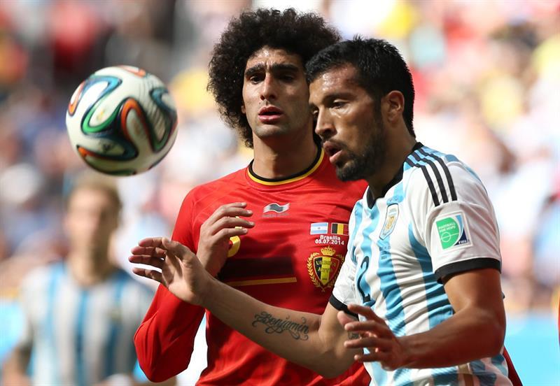El defensa argentino Ezequiel Garay (d) y el centrocampista belga Marouane Fellaini. EFE
