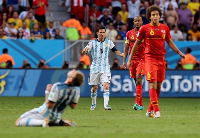 El delantero argentino Lionel Messi (c) celebra la victoria sobre la selección belga al término del partido. EFE