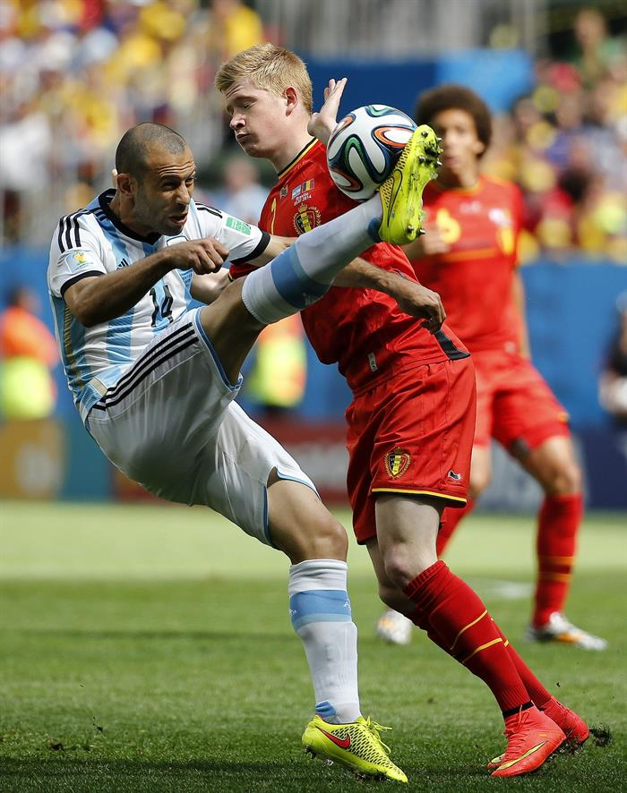 El centrocampista argentino Javier Mascherano (i) intenta rematar ante el centrocampista belga Kevin de Bruyne (d),. EFE