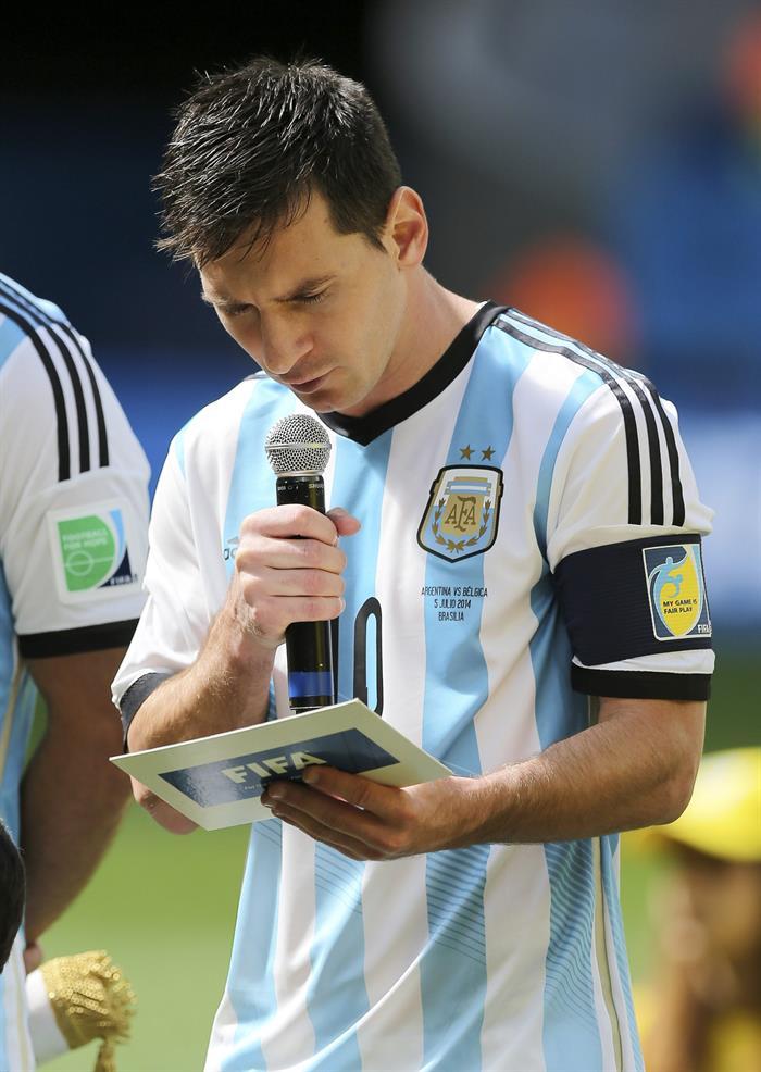 El delantero argentino Lionel Messi durante la lectura de un manifiesto contra el racismo al inicio del partido. EFE