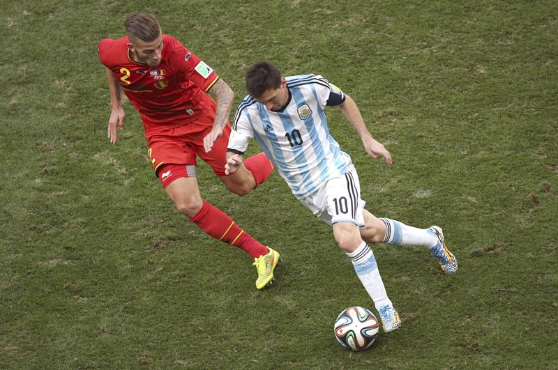 El delantero argentino Lionel Messi (d) controla el balón ante el defensa belga Toby Alderweireld,. EFE