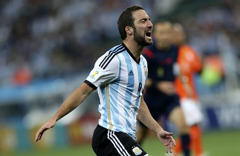 El delantero argentino Gonzalo Higuaín lamenta una ocasión fallida. EFE