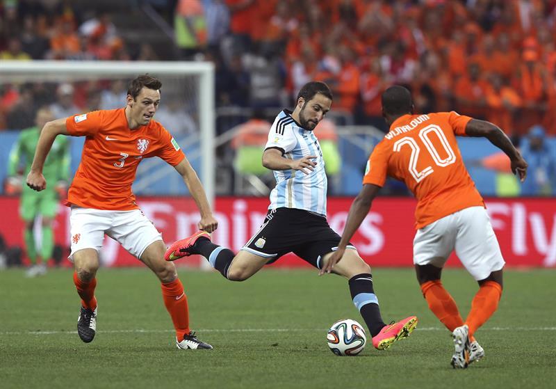 El delantero argentino Gonzalo Higuaín (c) con el balón ante el centrocampista holandés Georginio Wijnaldum (d). EFE