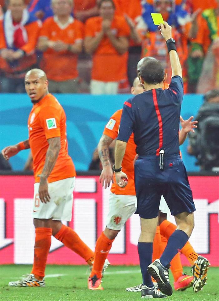 Turkish referee Cuneyt Cakir (R) shows the yellow card to Bruno Martins Indi of the Netherlands (L) during the FIFA World Cup 2014. EFE