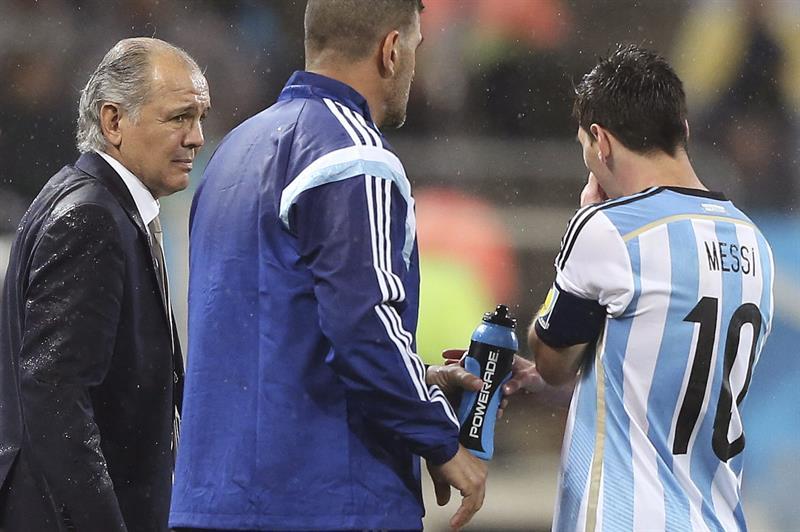 El entrenador de la selección argentina, Alejandro Sabella, (i) conversa con el delantero argentino Lionel Messi. EFE