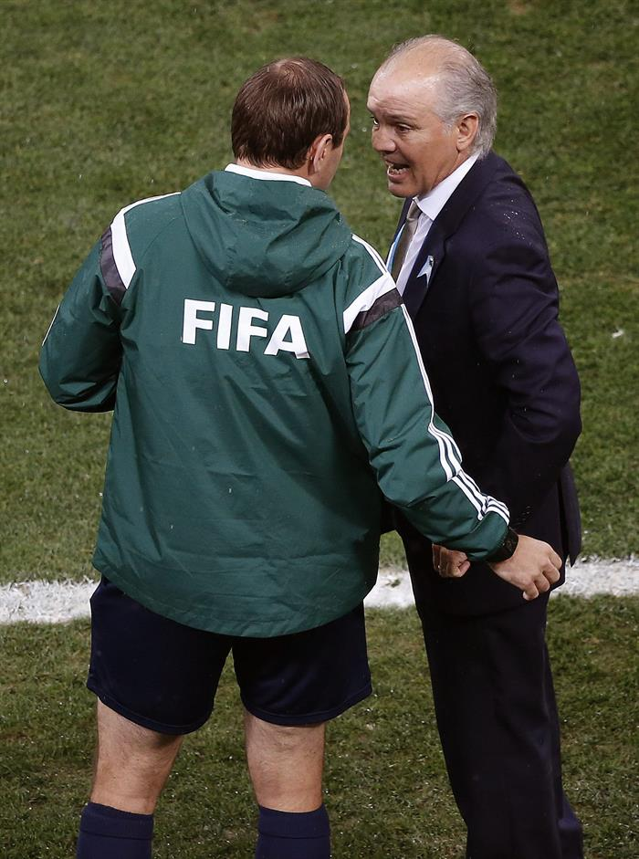 El entrenador de la selección argentina Alejandro Sabella (d) conversa con el cuarto. EFE