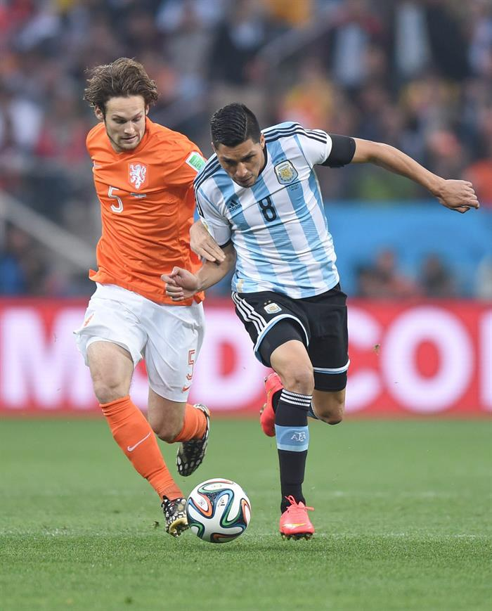 Enzo Perez (R) of Argentina and Daley Blind of the Netherlands vie for the ball during the FIFA World Cup 2014. EFE