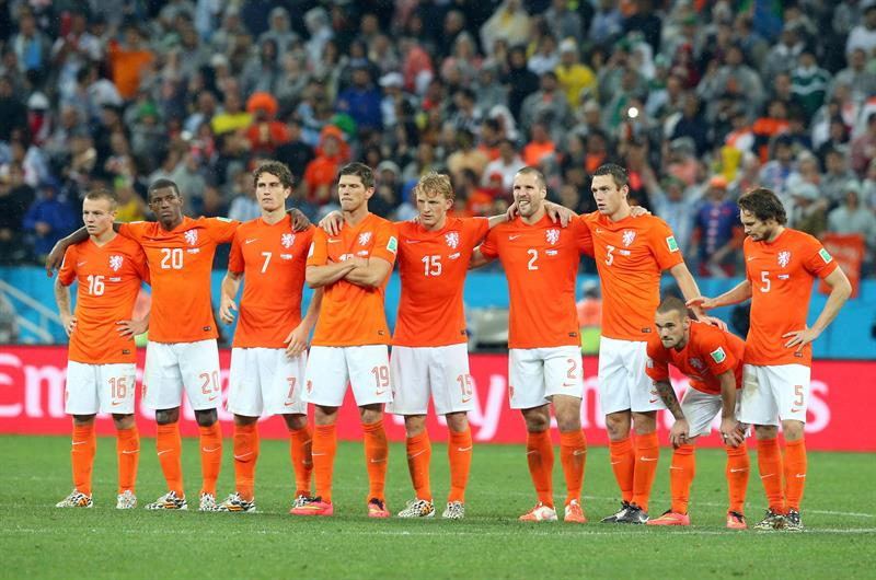 La selección holandesa durante al tanda de penaltis del partido Holanda-Argentina, de semifinales. EFE