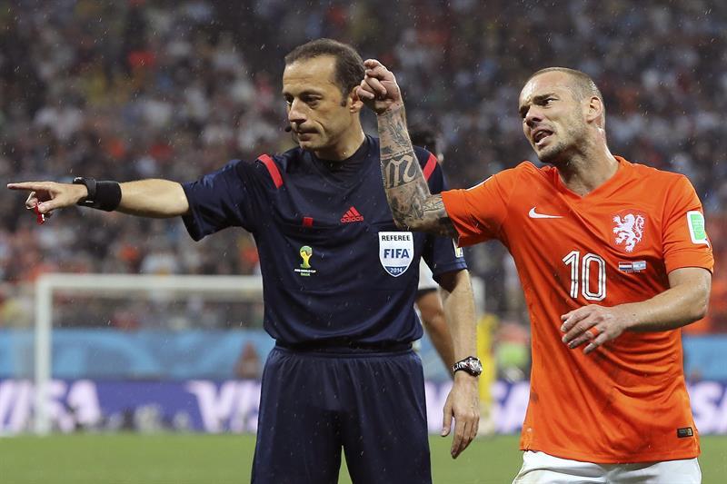 El árbitro turco Cüneyt Cakir (i) junto al centrocampista holandés Wesley Sneijder. EFE