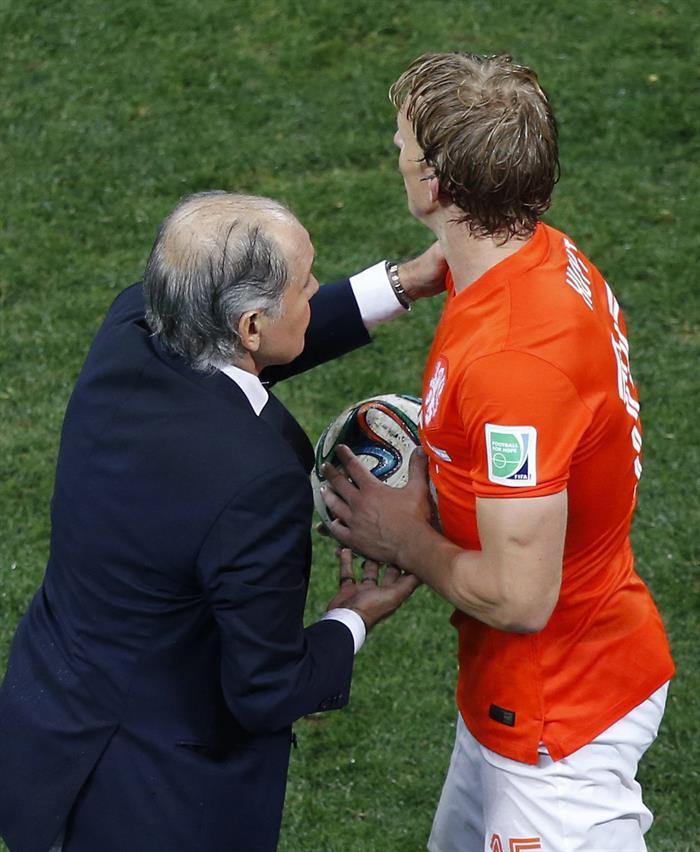 El entrenador de la selección argentina, Alejandro Sabella, (i) entrega el balón al delantero holandés Dirk Kuyt. EFE