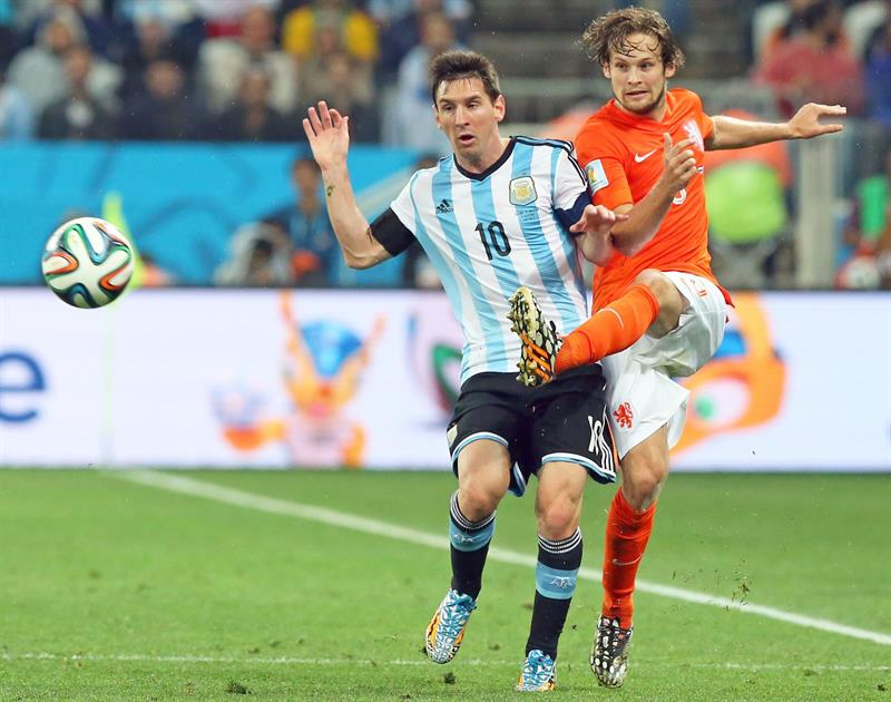 Argentina's Lionel Messi (L) and Stefan de Vris of the Netherlands (R) vie for the ball during the FIFA World Cup 2014. EFE