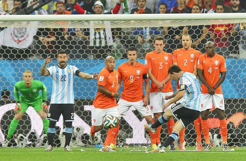 Argentine captain Lionel Messi takes a free kick during the FIFA World Cup 2014. EFE
