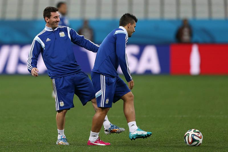 El jugador de la selección de Argentina Lionel Messi (i) y Sergio Agüero. EFE