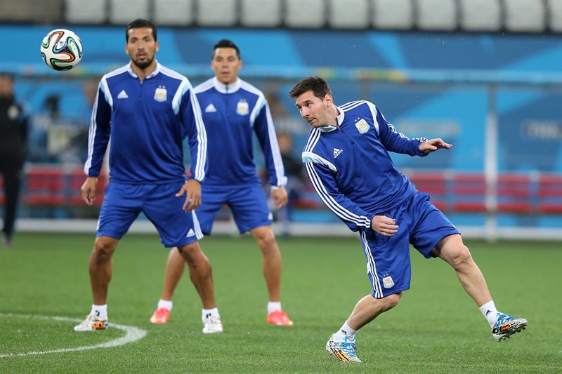 El delantero de la selección de Argentina Lionel Messi (d) entrena antes de su partido de las semifinales de la Copa del Mundo Brasil 2014, ante Holanda. EFE