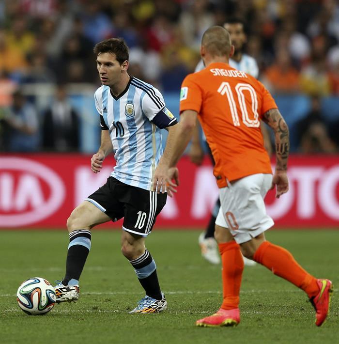 El delantero argentino Lionel Messi (i) controla el balón ante el centrocampista holandés Wesley Sneijder. EFE