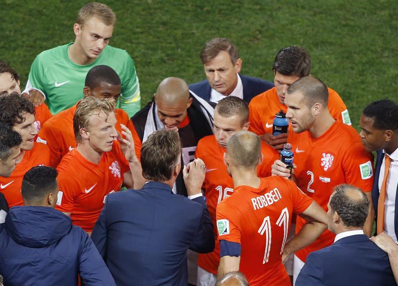 El entrenador de la selección holandesa, Louis van Gaal, (abajo) da instrucciones a sus jugadores en el tiempo de descuento. EFE