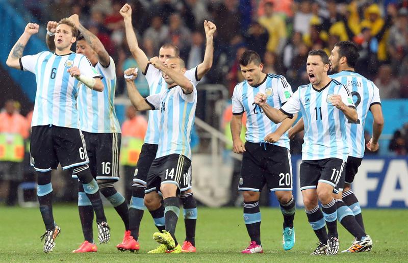 rgentina's Lucas Biglia (L-R), Javier Mascherano, Sergio Kun Aguero, and Maxi Rodriguez celebrate after a penalty. EFE