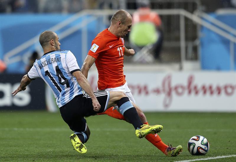 El delantero holandés Arjen Robben (d) intenta disparar a puerta ante el centrocampista argentino Javier Mascherano (i). EFE