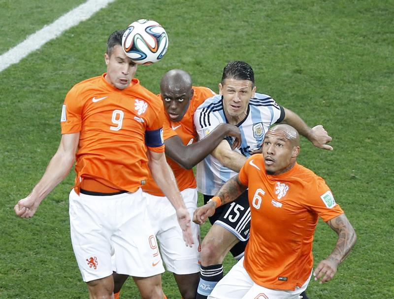 Robin van Persie (L) of the Netherlands in action during the FIFA World Cup 2014. EFE