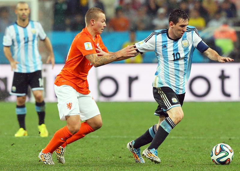 Jordy Clasie of the Netherlands (L) and Argentina's Lionel Messi (R) vie for the ball during the FIFA World Cup 2014. EFE
