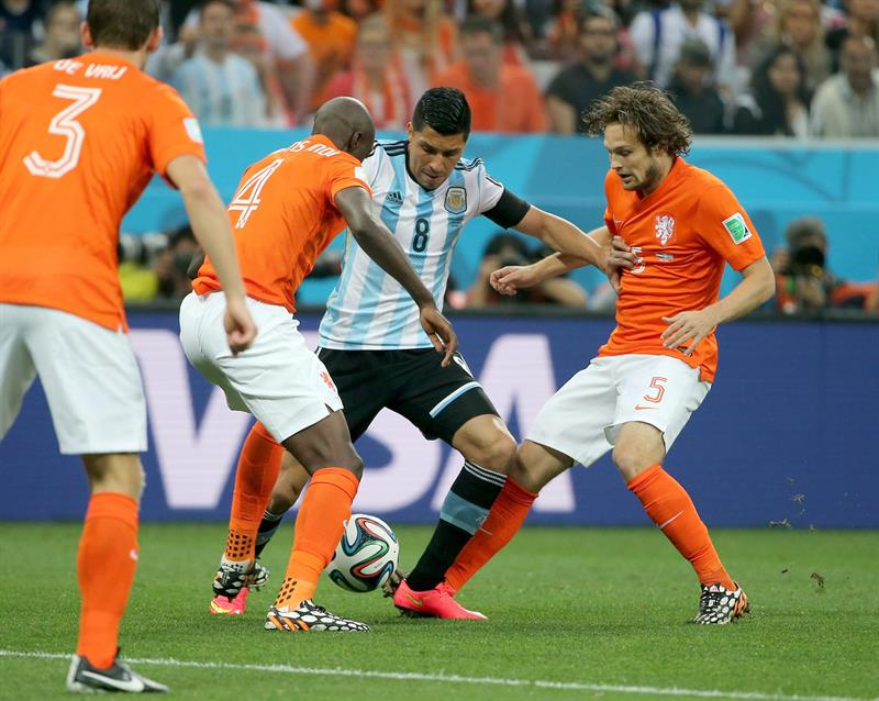 Enzo Perez of Argentina (C) in action against Bruno Martins Indi of the Netherlands (CL) and Daley Blind of the Netherlands. EFE