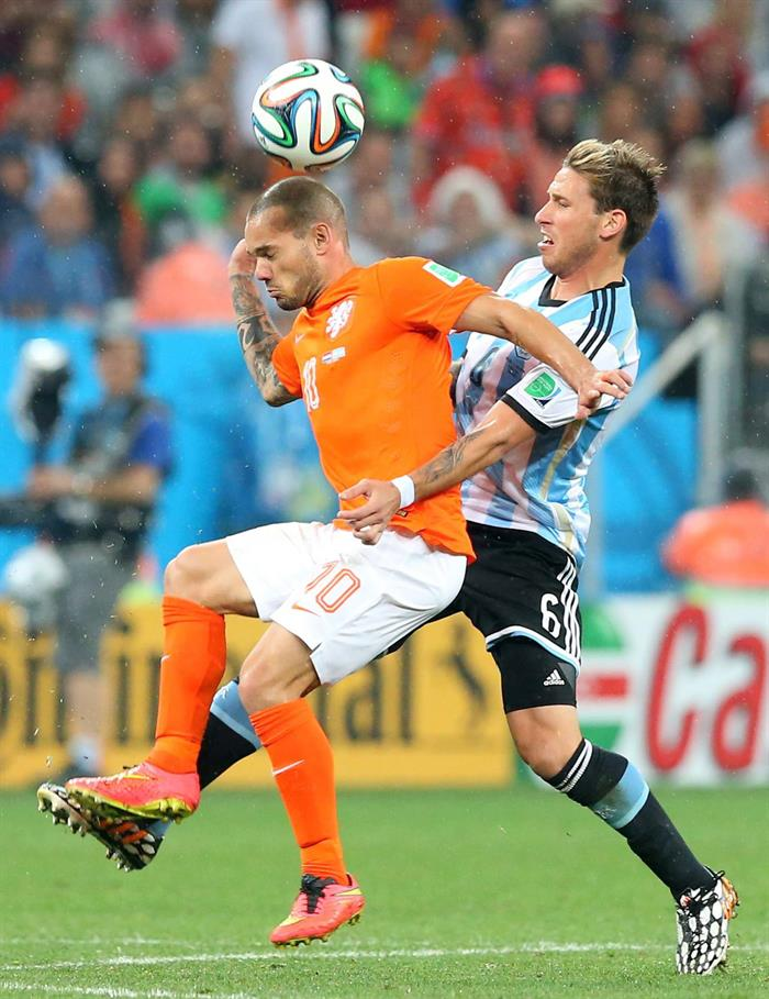 Wesley Sneijder of the Netherlands (L) and Argentina's Lucas Biglia (R) vie for the ball during the FIFA World Cup 2014. EFE