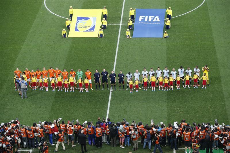 El once inicial de Holanda y Argentina formados antes del partido. EFE
