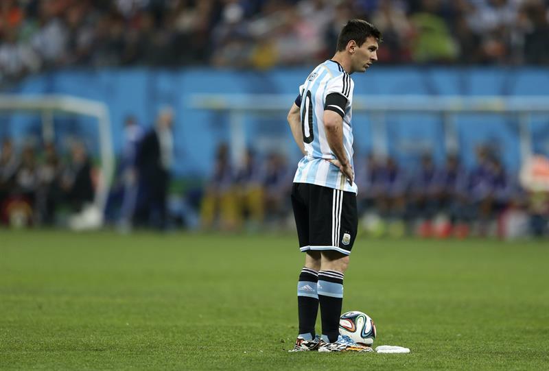 El delantero argentino Lionel Messi momentos antes de sacar una falta. EFE