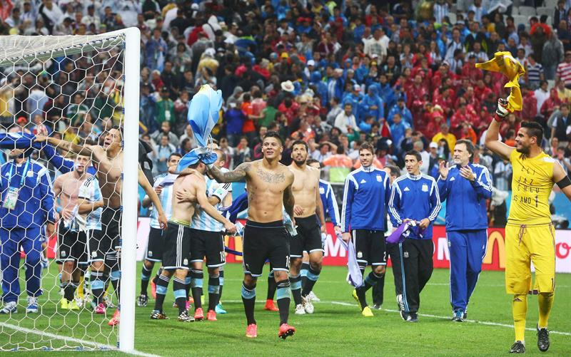 Goalkeeper Sergio Romero (R) and player Marcos Rojo (C) and their Argentine teammates celebrate after winning the penalty shoot-out in the FIFA World Cup 2014. EFE
