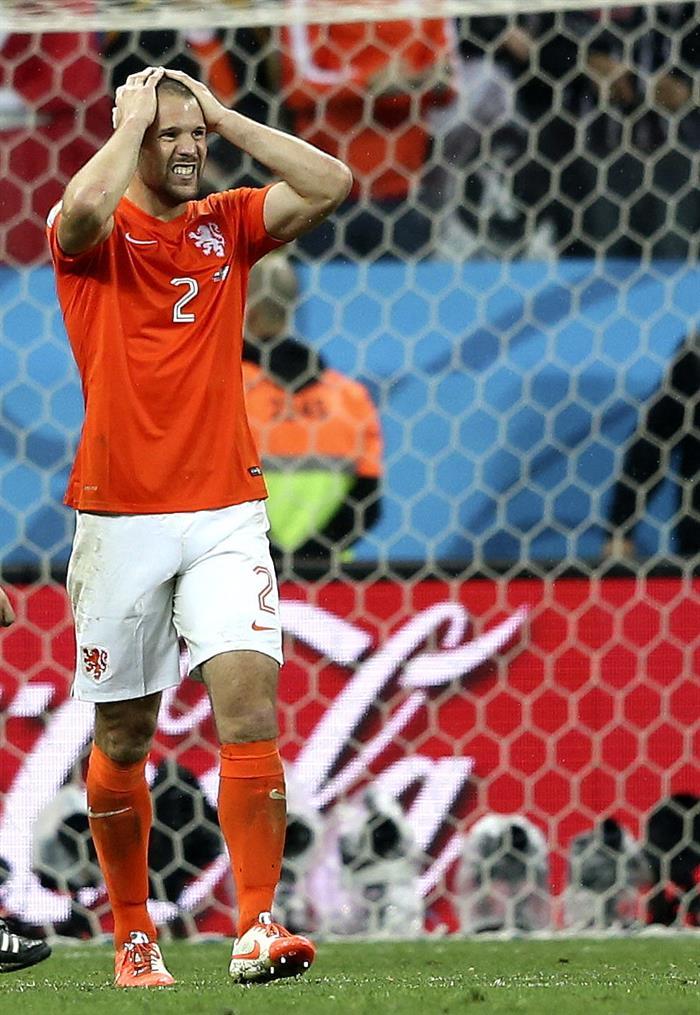 El defensa holandés Ron Vlaar (i) tras fallar su lanzamiento de penalti durante el partido Holanda-Argentina. EFE