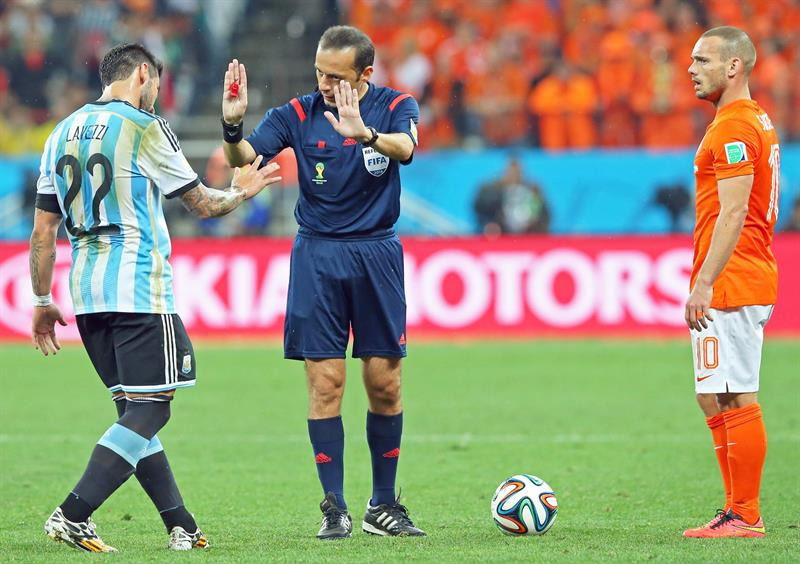Turkish referee Cuneyt Cakir (C) talks to Argentina's Ezequiel Lavezi (L) and Wesely Sneijder of the Netherlands (R). EFE