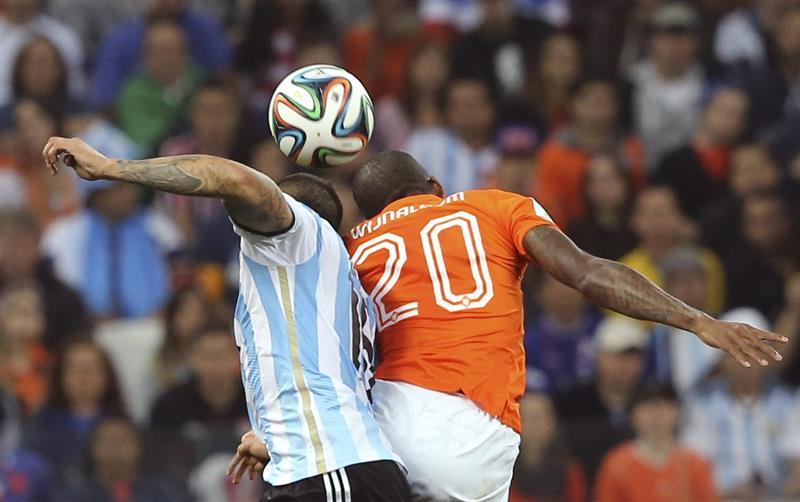 El defensa argentino Marcos Rojo (i) lucha un balón con el centrocampista holandés Georginio Wijnaldum (d). EFE