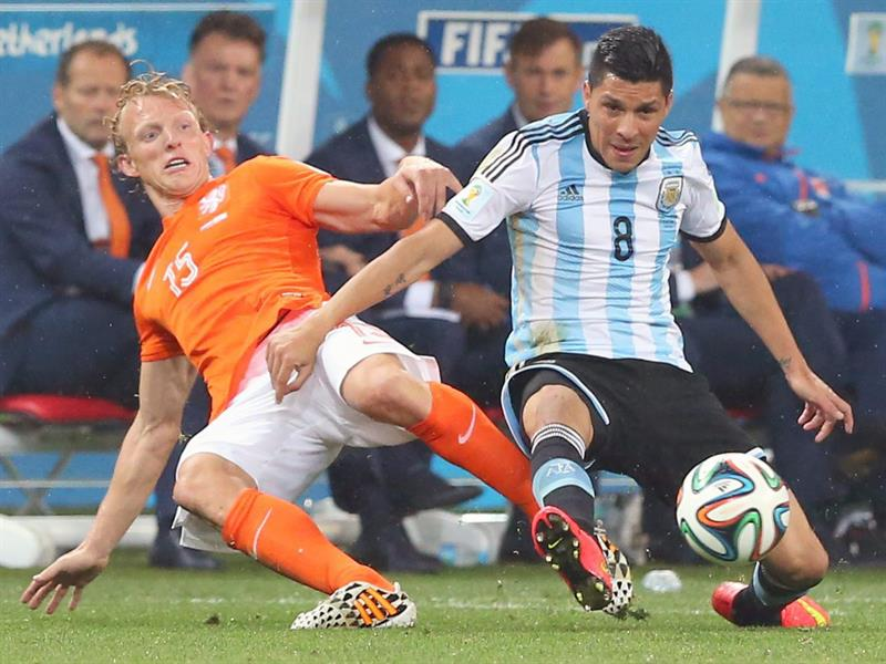 Dirk Kuyt of the Netherlands (L) and Argentina's Enzo Perez (R) vie for the ball during the FIFA World Cup 2014. EFE